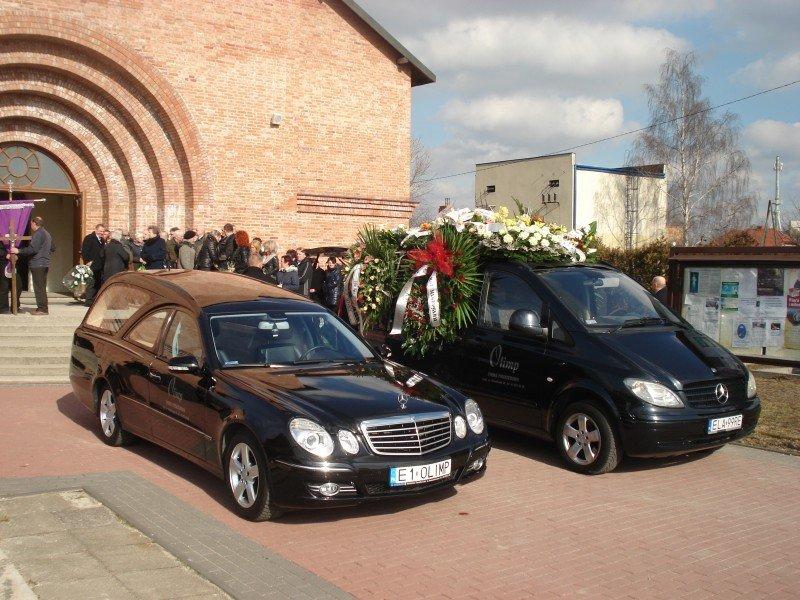 Podczas pogrzebu - karawany