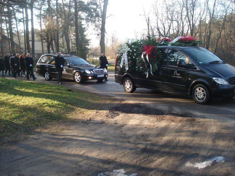 Podczas pogrzebu - karawany pogrzebowe