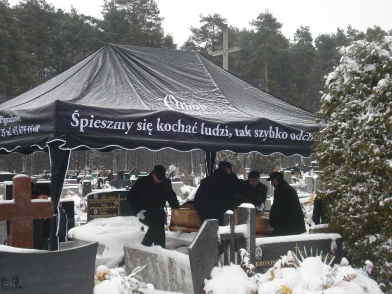 Podczas pogrzebu - na cmentarzu