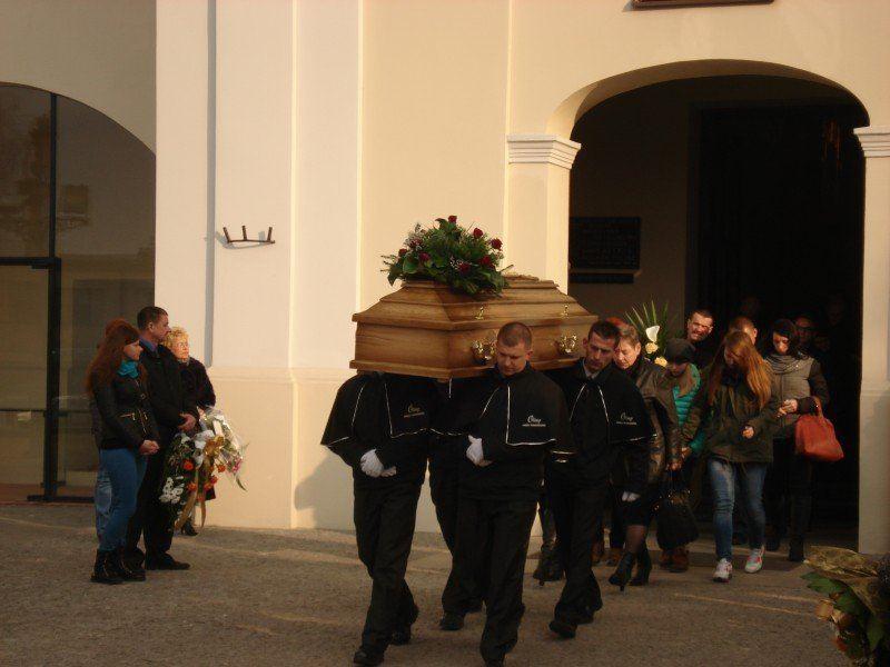 Podczas pogrzebu wyjście z kościoła
